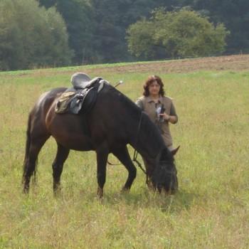 Eine Frau mit ihrem Pferd beim Herbstritt September 2009.