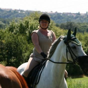 Eine Frau auf einem Pferd in der Natur beim Ausritt Bohnenberg.