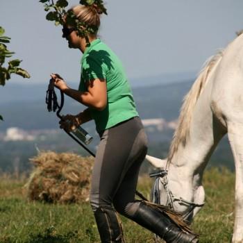 Eine Frau mit ihrem Pferd in der Natur beim Ausritt Bohnenberg.